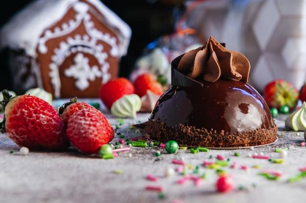 Mini franse chocolademousse taart op de tafel snoep. spiegel geglazuurd dessert