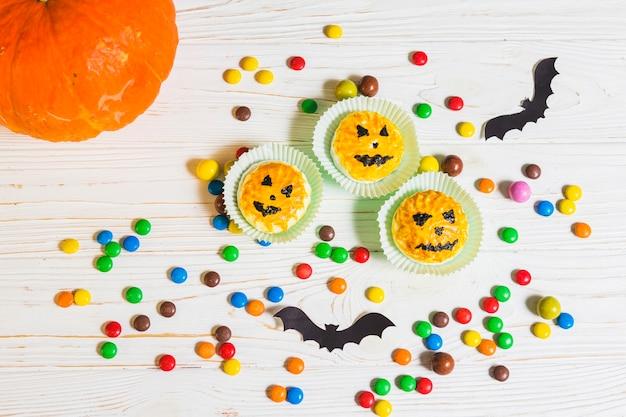 Mini-muffins tussen kleine snoepjes