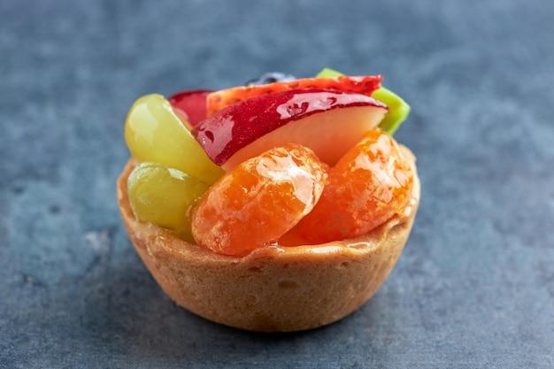 Mini premium vers fruitdessert op een biscuitbodem.