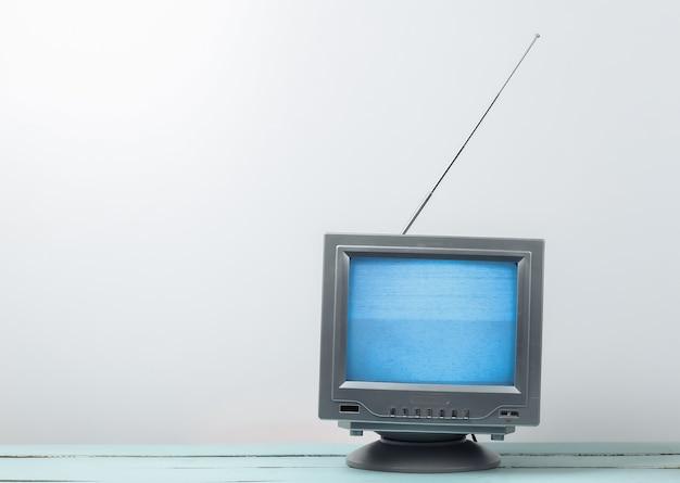 Mini retro tv-antenne-ontvanger op een wit