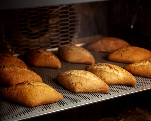 Mini romb vormige broodjes klaar in de oven