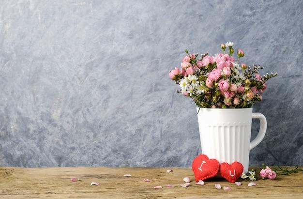 Mini roze roos in witte kop