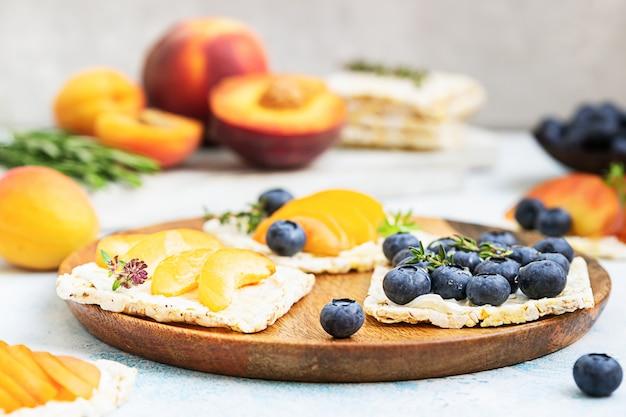 Mini sandwiches met roomkaas en vers fruit