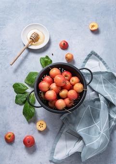 Mini sappige appels liggen in een kom op blauwe tafel. rustieke stijl, bovenaanzicht en kopieerruimte
