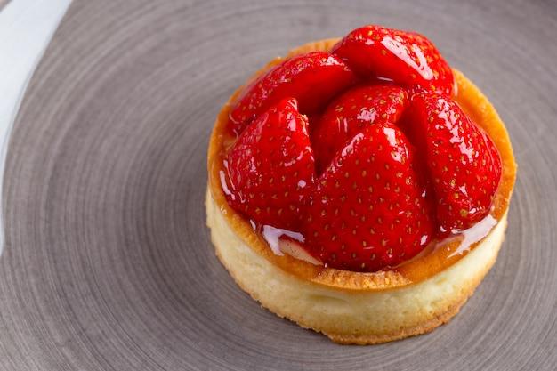 Mini taart met aardbeien close-up