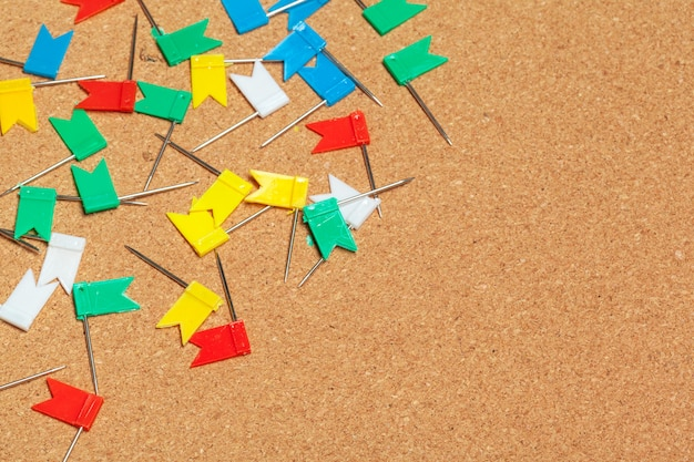 Mini vlaggen thumbtacks over corkboard close-up