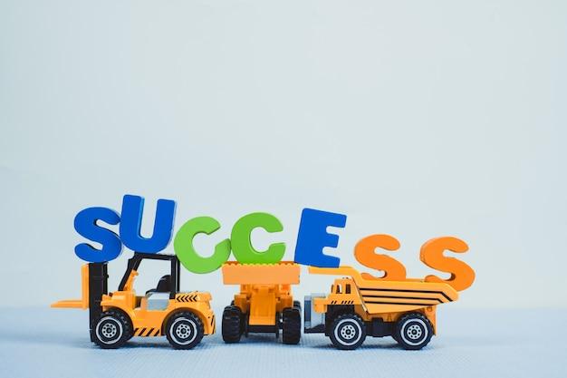 Mini vorkheftruckbulldozer vrachtwagen en wegwalsmachine met tekst succes