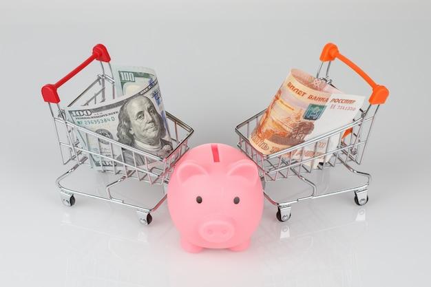 Mini-winkelwagentjes met dollar en roebels, spaarpotje voor varkens
