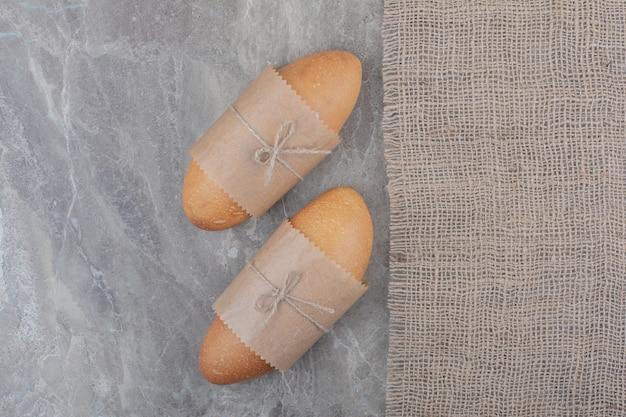 Mini witbrood op marmeren oppervlak