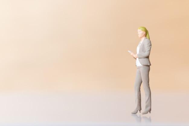 Miniatuur bedrijfsmensen staan en kopiëren ruimte voor tekst