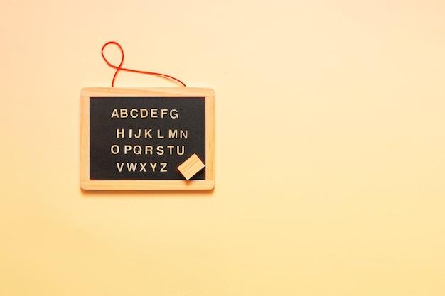 Miniatuur bord en letters van het engelse alfabet.