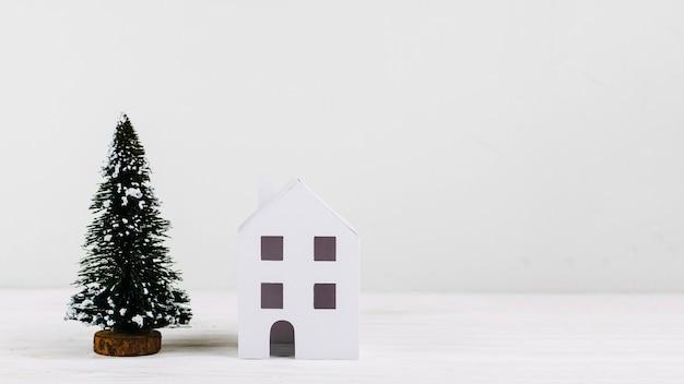Miniatuur dennenboom en huis