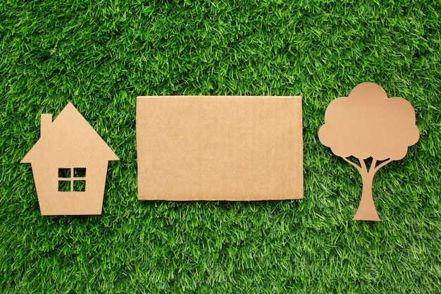 Miniatuur ecologisch huis en boom