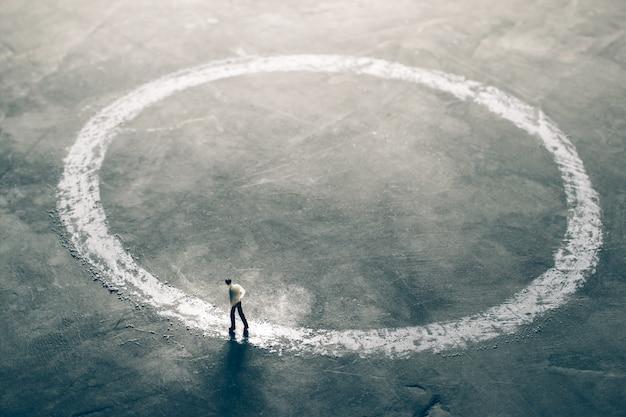Miniatuur figuur zakenlieden lopen rond de buitenkant van krijt cirkel het vinden van effectieve oplossing concept.