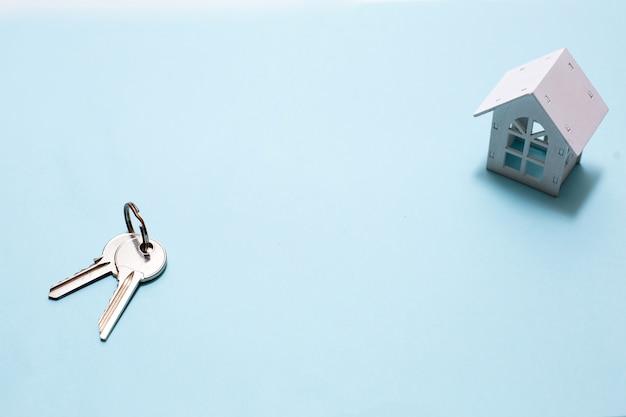 Miniatuur houten huis en sleutels