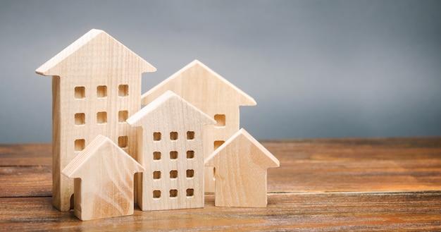 Miniatuur houten huizen. onroerend goed. stad. agglomeratie en verstedelijking