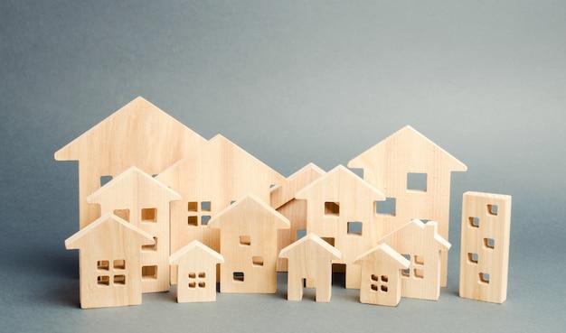 Miniatuur houten huizen. onroerend goed.