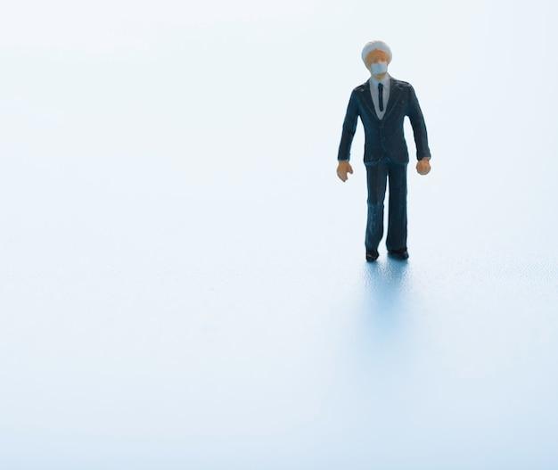 Miniatuur indische mensen in zakenkostuum op blauwe achtergrond
