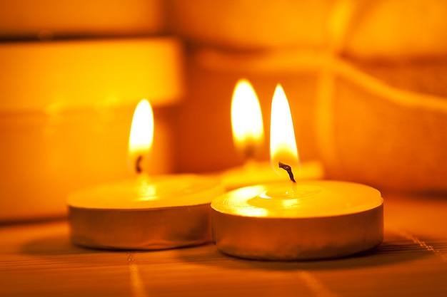 Miniatuur kaarsen op een bamboe mat