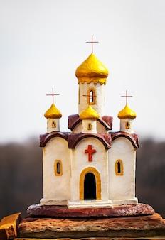 Miniatuur, kerk op een achtergrond van lucht.