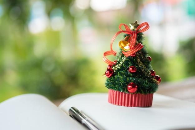 Miniatuur kerstboom vier elk jaar kerstmis op 25 december.
