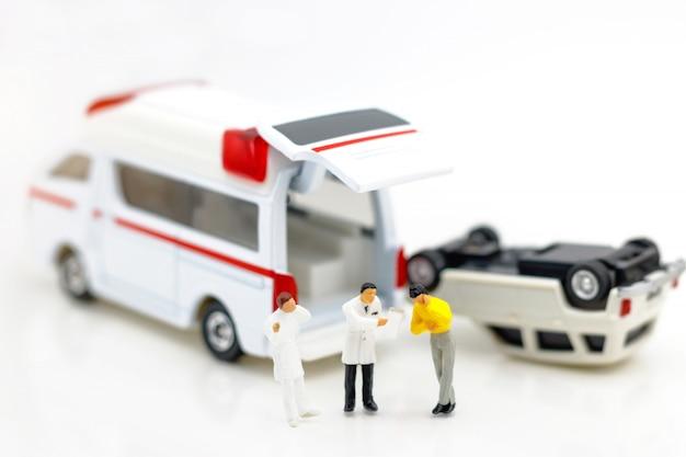Miniatuur mensen: arts en patiënt staan met ambulance.