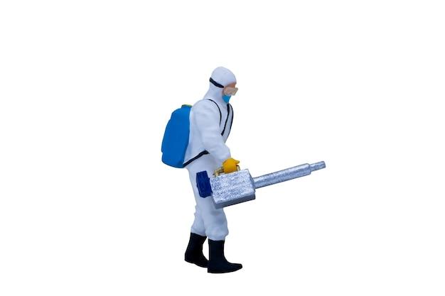 Miniatuur mensen artsen met beschermende pakken geïsoleerd op een witte achtergrond met uitknippad