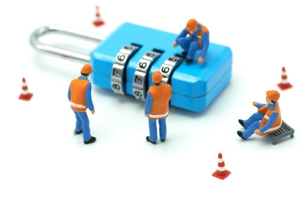 Miniatuur mensen bouwvakker beveiligingssleutel reparatie