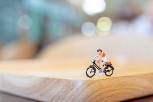 Miniatuur mensen die op houten brug cirkelen