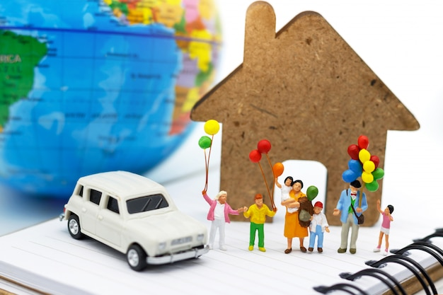 Miniatuur mensen, familie en kinderen genieten met kleurrijke ballonnen.