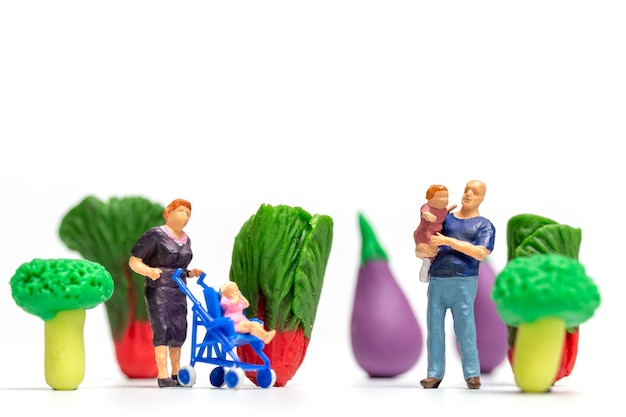 Miniatuur mensen gelukkige familie rusten in plantaardige boerderij. wereld vegetarisch dag concept
