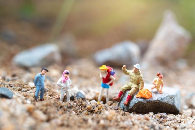 Miniatuur mensen kinderen en leraar gaan wandelen in het park, zomerkampen concept