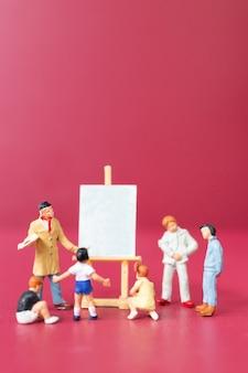 Miniatuur mensen kunst schilderen klasse met schoolkinderen, onderwijs concept