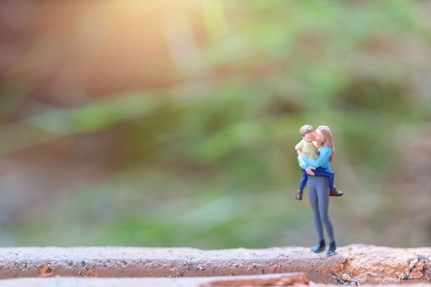 Miniatuur mensen moeder met haar schattige baby, happy mothers day concept