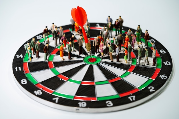 Miniatuur mensen op dartbord