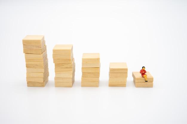 Miniatuur mensen op papier stapel