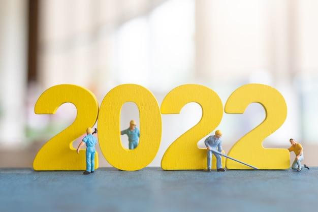 Miniatuur mensen werknemer team bouwen nummer 2022, gelukkig nieuwjaar concept