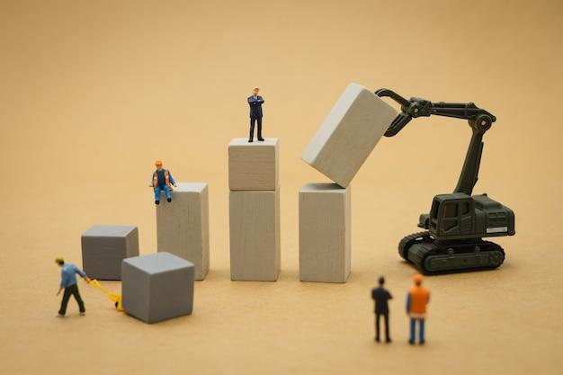 Miniatuur mensen zakenlieden permanent beleggingsanalyse of investeringen.