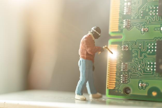Miniatuur personen: computerreparateur reparatie computerhardware