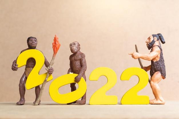 Miniatuur primitieve mensen die het nieuwe jaar 2022 vieren, gelukkig nieuwjaarsconcept