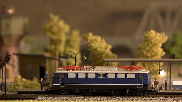 Miniatuur retro treinmodel op een station.