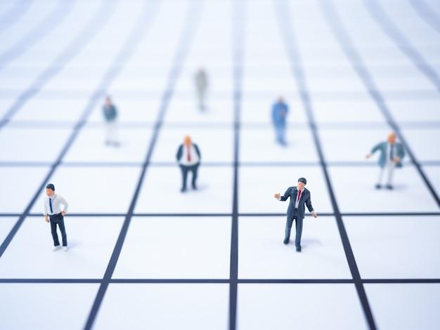 Miniatuur team van zakenmensen werken vanuit huis en conferentie online, sociale afstand tijdens quarantaine. zelfisolatie, thuis werken, sociale afstand, coronavirus, covid-19 concept.