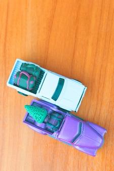 Miniatuur van een kleine kerstauto voor op reis.