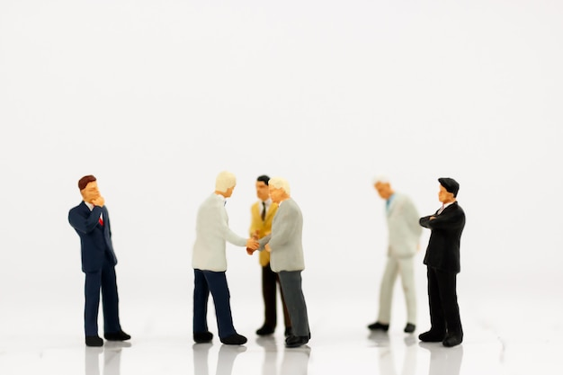 Miniatuur van zakenlieden handdruk met partnerschap