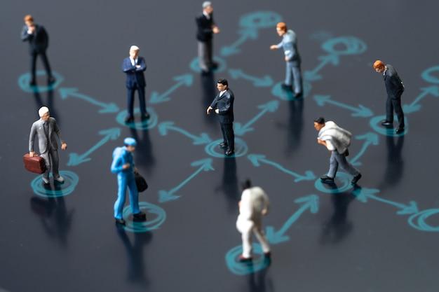 Miniatuur van zakenlieden houdt afstand tijdens de vergadering