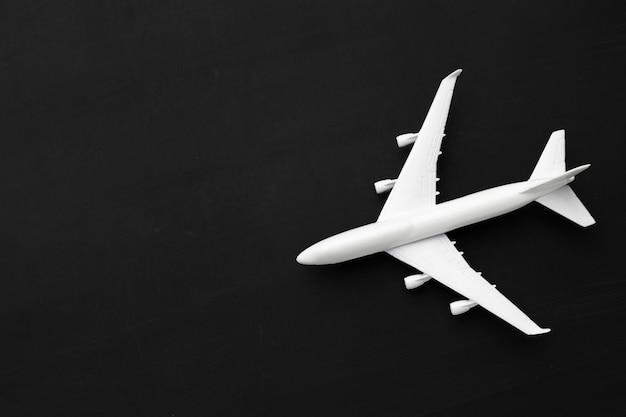 Miniatuur vliegtuig op zwart