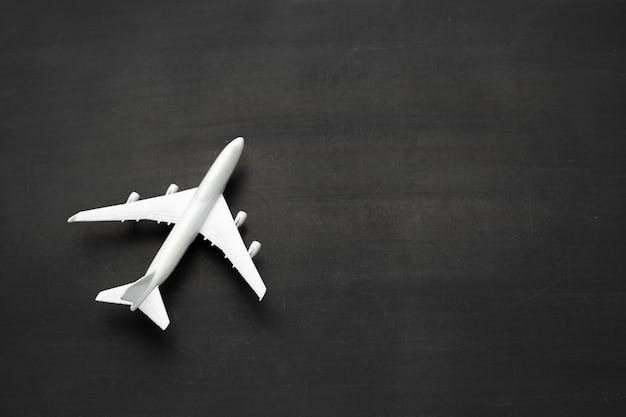 Miniatuur vliegtuig op zwarte achtergrond