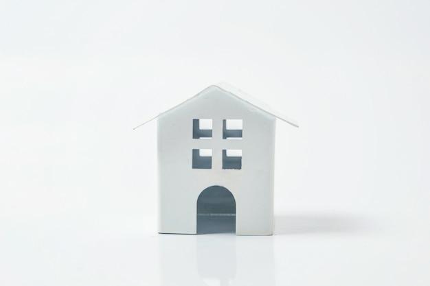 Miniatuur wit stuk speelgoed huis op witte achtergrond