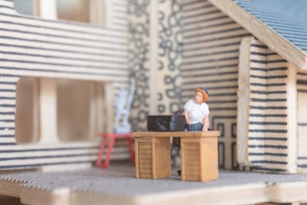Miniatuur zakenmensen aan het werk Premium Foto