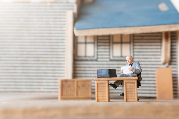 Miniatuur zakenmensen aan het werk